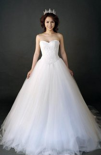 Sweetheart Tulle Bull Gown With Lace Corset and Court Train
