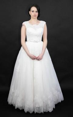 Stunning Intricate Key Hole Back Lace Princess Style Wedding Dress