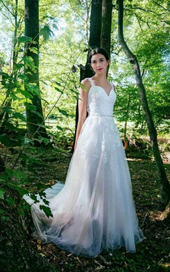 A-Line Sweetheart Chapel Train Tulle Lace Dress With Appliques Button