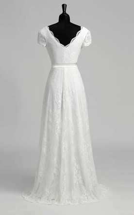 da51b55f470 ... Elegant Scalloped V-neck Long Lace Wedding Dress
